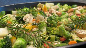 Mit Rosmarien Zweige, fertiges Gemüse