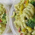Meal Prep: Gemüsenudel mit Pesto und Feta